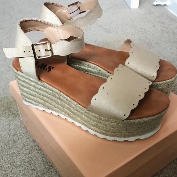 c5c7c3df435b Trendy AMS boutique sandals. M 5b3d44afd6dc52c38a26e5f7